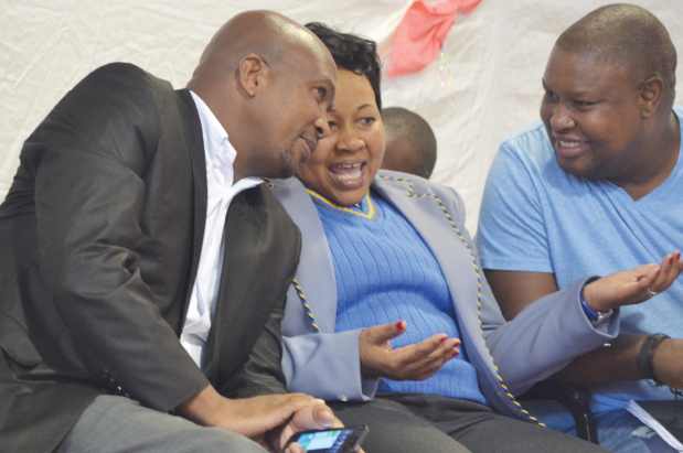 Helping schools develop … Thabo Mofutsanyana district executive mayor Malefu Vilakazi (middle) chats to her Dihlabeng municipality counterpart Tjhetane Mofokeng (left) and her personal assistant Thabo Mokoena at Ntsu Secondary School